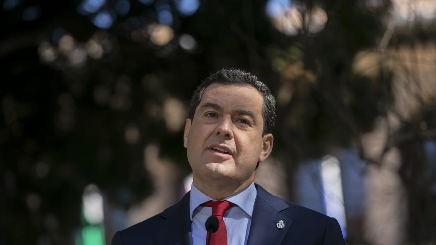 El presidente de la Junta de Andalucía, Juanma Moreno, en una foto de archivo tras el Consejo de Gobierno del 23 de febrero de 2021 en Ronda (Málaga).