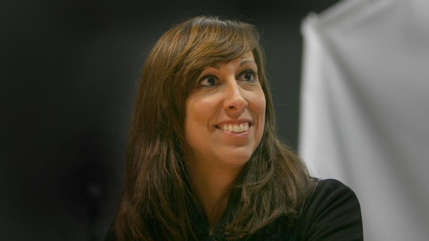 La conductora del magacín 'Al Ras' durante la entrevista en el estudio de radio