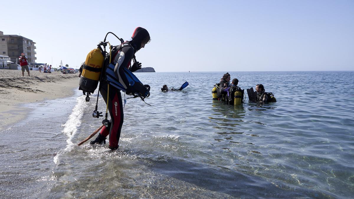 Un grupo de voluntarios retira basura en una de las costas de Canarias