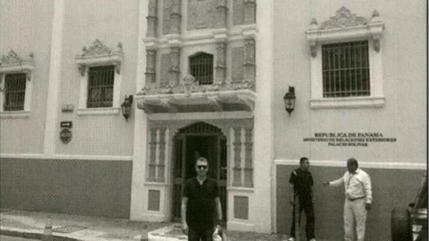Foto de Francisco Granados frente al ministerio de Exteriores de Panamá