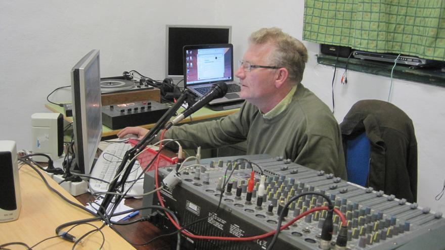 Juan Suárez dirige La Hora del Vinilo en Radio Dignidad.