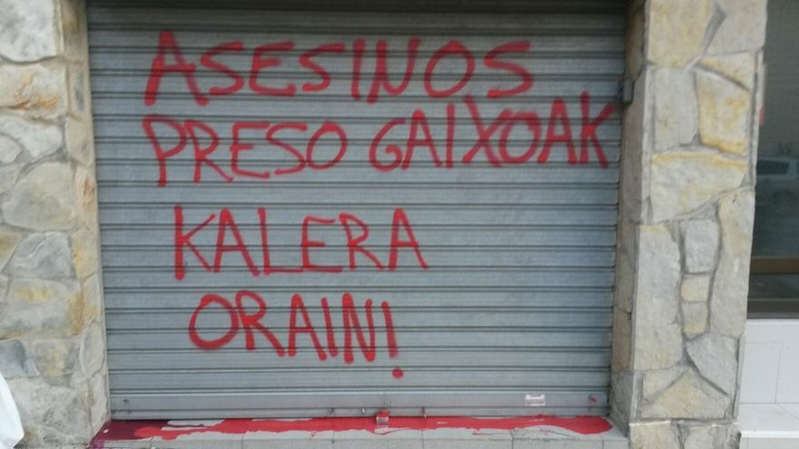 """PSE-EE denuncia la aparición de pintadas con la palabra """"asesinos"""" en otras dos Casas del Pueblo, en Santurtzi y Sopela"""