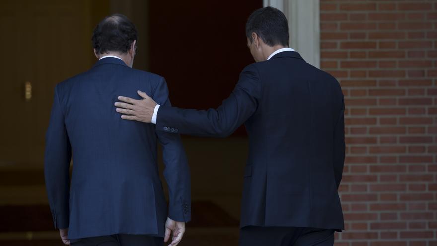 Mariano Rajoy y Pedro Sánchez entran en el Palacio de la Moncloa en una de sus reuniones.