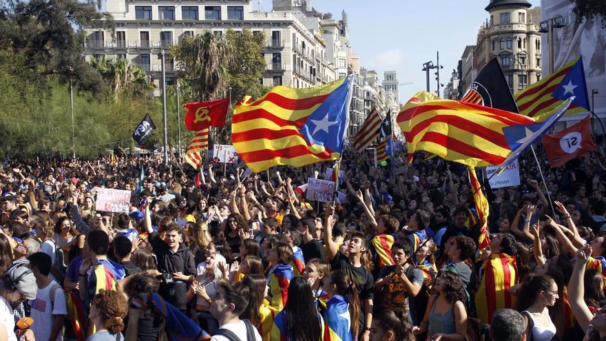 Los estudiantes caminan por las calles de Barcelona contra unas elecciones