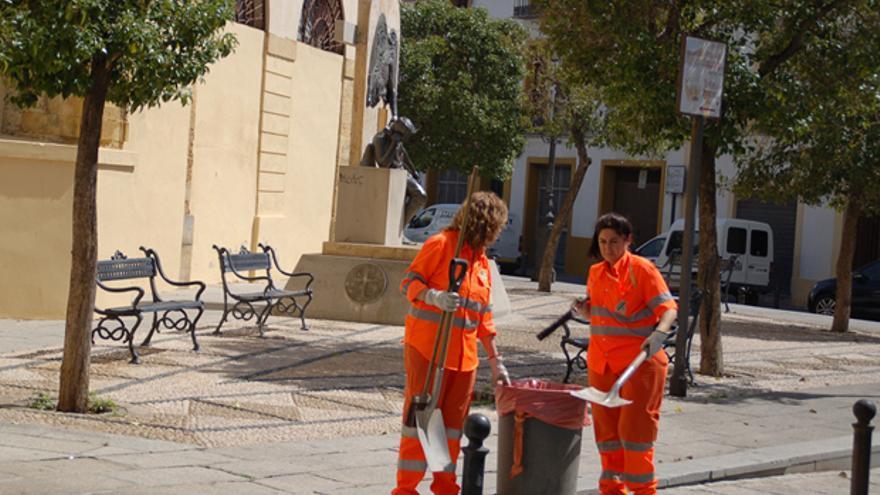 Dos trabajadores de limpieza viaria de Sadeco.