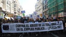 La cabecera de la manifestación avanza por la Gran Vía, este sábado.