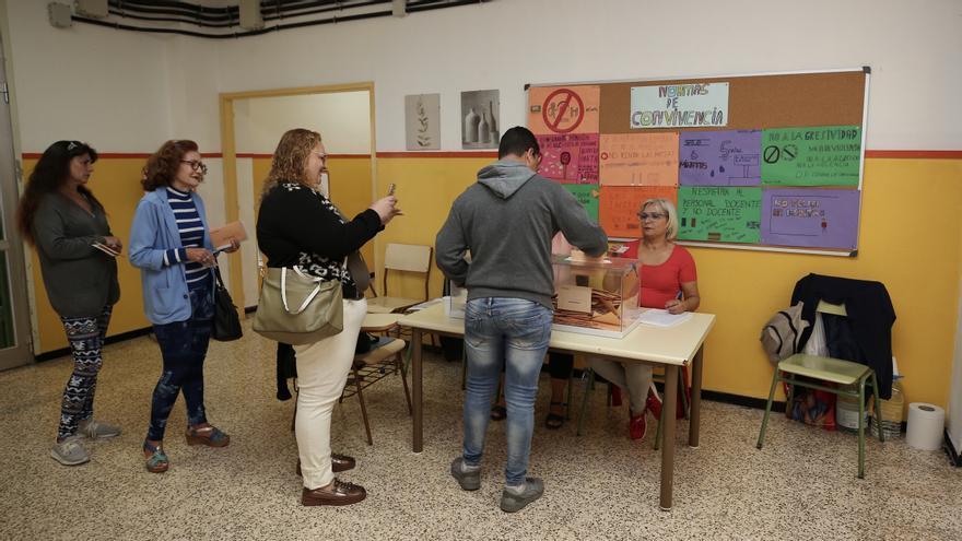 Colegios electorales durante al 10N en Las Palmas de Gran Canaria. (Alejandro Ramos)