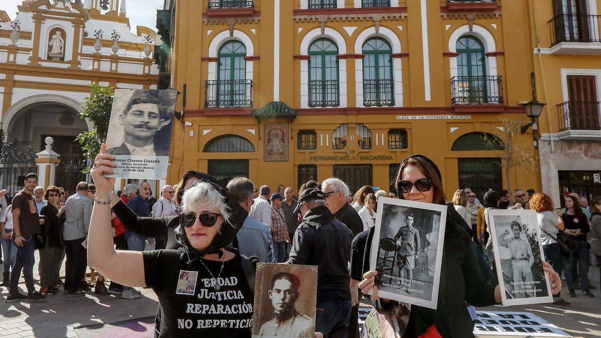 Concentración frente a la Basílica de La Macarena de Sevilla para reclamar la exhumación de los restos del general franquista Queipo de Llano. EFE/ Jose Manuel Vidal/Archivo
