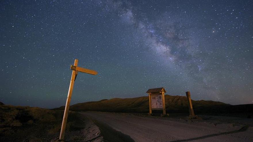 La Vía Láctea sobre el camino del Valle de la cueva en el municipio de Antigua. (EFE/CARLOS DE SAÁ)