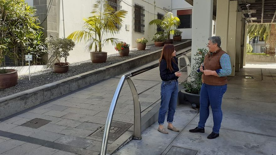 Noelia  García Leal (d), alcaldesa de Los Llanos de Aridane,  y Elena Concepción,  concejala de Acción Social.