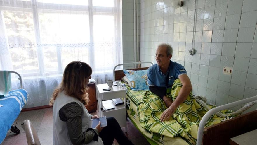 """Psicólogos de MSF proporcionan atención psicológica para ayudar a las personas a lidiar con el miedo, la ansiedad y las pesadillas. Alexander, de 57 años, resultó herido cuando un proyectil cayó en su patio. Tuvieron que amputarle  una pierna  y ahora está recibiendo asesoramiento para tratar de lidiar con el trauma. """"Por un lado, me gustaría volver a tener mi pierna, pero por otro, soy un hombre feliz porque sigo pudiendo ver y oír. Cuando llegué, era un caso perdido. Pero ahora, tres semanas después de que ocurriera incluso sonrío"""". Fotografía: Julie Rémy / MSF"""