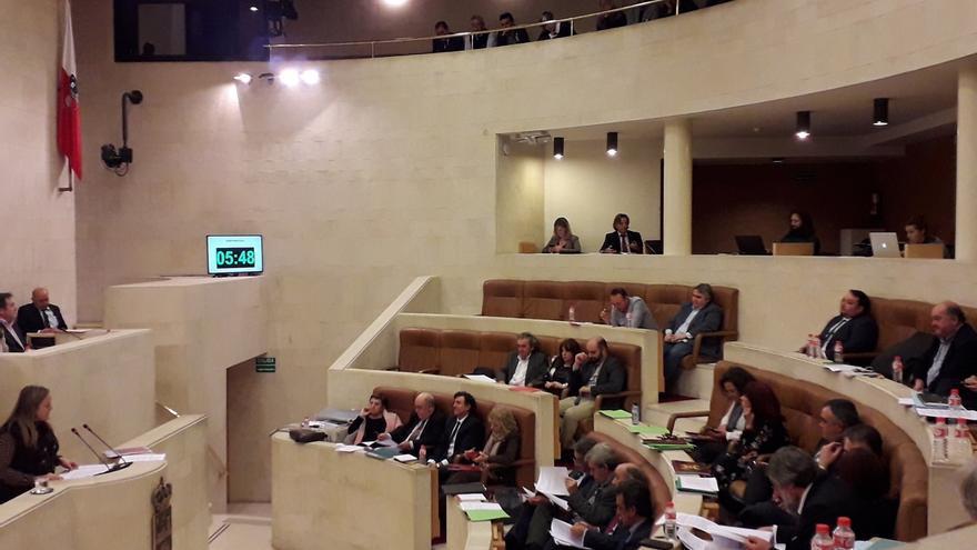 El Parlamento de Cantabria pide la equiparación salarial de Policía Nacional y Guardia Civil
