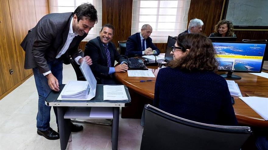 El presidente de la Autoridad Portuaria de Las Palmas, Luis Ibarra (2i), y el presidente del Cabildo de Lanzarote, Pedro Manuel San Ginés (i), al inicio de la reunión del consejo de administración de la entidad