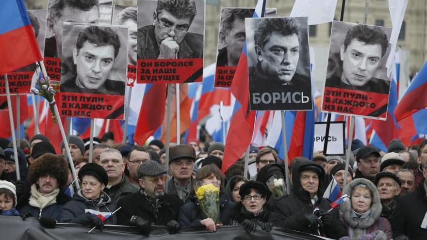 Miles de personas salen a la calle en Moscú en memoria de Boris Nemtsov. \ Efe