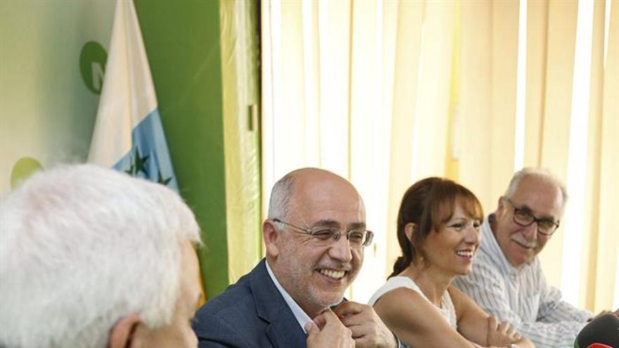 El candidato a la presidencia dle Cabildo de Gran Canarias, Antonio Morales (2i), acompañado por el secretario de Organización de Nueva Canarias, Carmelo Ramírez (i), la portavoz adjunta, Inés Jiménez (2d) y el exalcalde de San Mateo, Miguel Hidalgo (d). (EFE/Quique Curbelo)