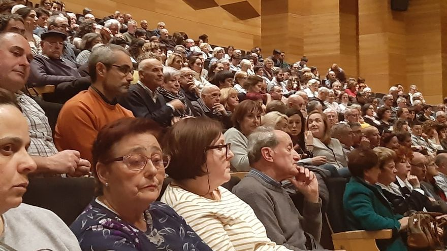 Vecinos de Eibar durante la reunión con el Consejo Técnico para aclarar las dudas tras el derrumbe del vertedero de Zaldibar