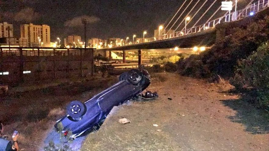 Vehículo accidentado en la rotonda que enlaza la Avenida Guillermo Santana Rivero con el Puente de la Feria del Atlántico.