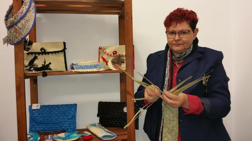 Candelaria es una de las pocas artesanas que trabaja la palma. Foto: LUZ RODRÍGUEZ