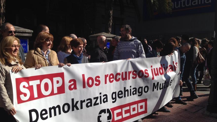 Delegados de CC OO denuncian ante la sede de Mutualia la judicialización de las resoluciones a favor de los trabajadores de la Seguridad Social.