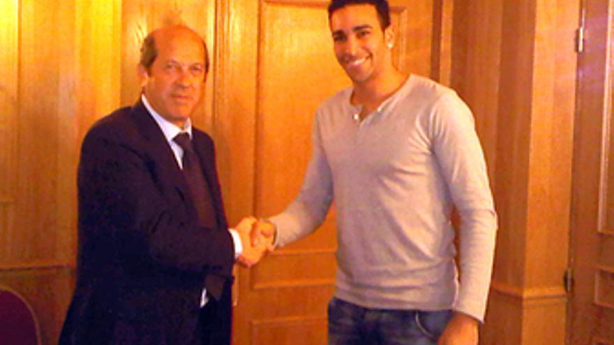 El defensa francés Adil Rami junto al presidente del Valencia CF, Manuel Llorent