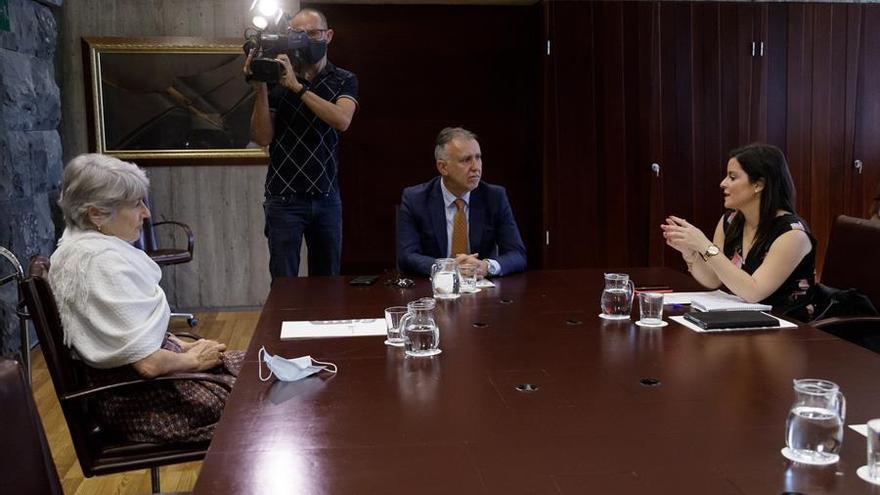El presidente del Gobierno de Canarias, Ángel Víctor Torres, acompañado por la consejera de Turismo, Industria y Comercio, Yaiza Castilla, durante una reunión con la consejera delegada de Riu Hotels & Resorts, Carmen Riu