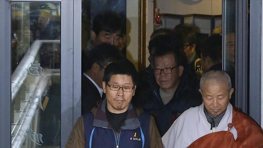 El líder sindical surcoreano refugiado en un templo se entrega a la policía