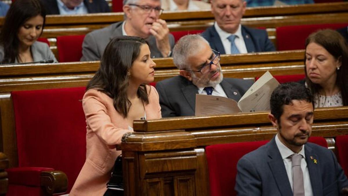 Inés Arrimadas y Carlos Carrizosa en un pleno del Parlament durante la pasada legislatura