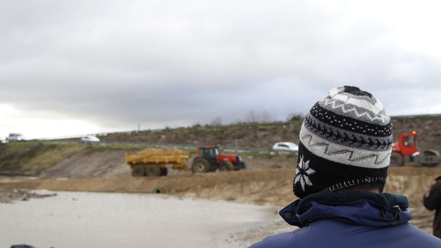 Los solicitantes de asilo miran, confundidos, los bulldozers que crean una tierra de nadie entre La Jungla de Calais y la carretera. | Mohammad Ghannam/MSF.