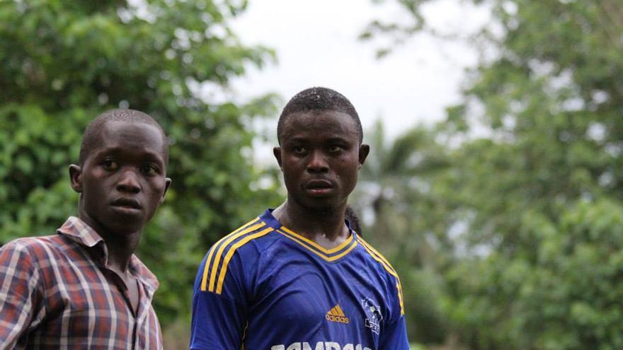 Ericson Turay, fundador de Kenema Ebola Survivors FC, a la derecha. / Foto: Nadia Wauquier.