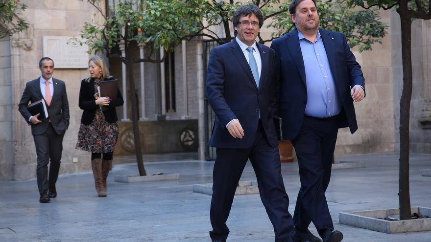 El soberanismo busca hoy en Cataluña firmas para el referéndum y el socialismo avales para las primarias