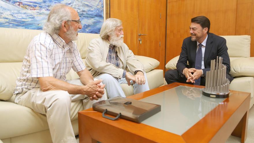 José Barrajón y Pere Llinares, portavoz y vocal de la plataforma de pensionistas de l'Alacantí, con Luis Barcala