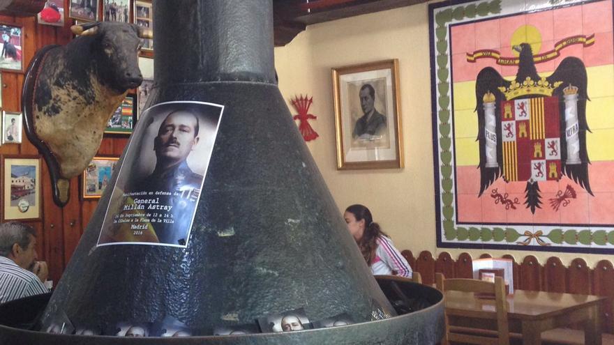 El bar franquista 'Casa Pepe', adornado con carteles en defensa del militar golpista. / MAR GONZÁLEZ
