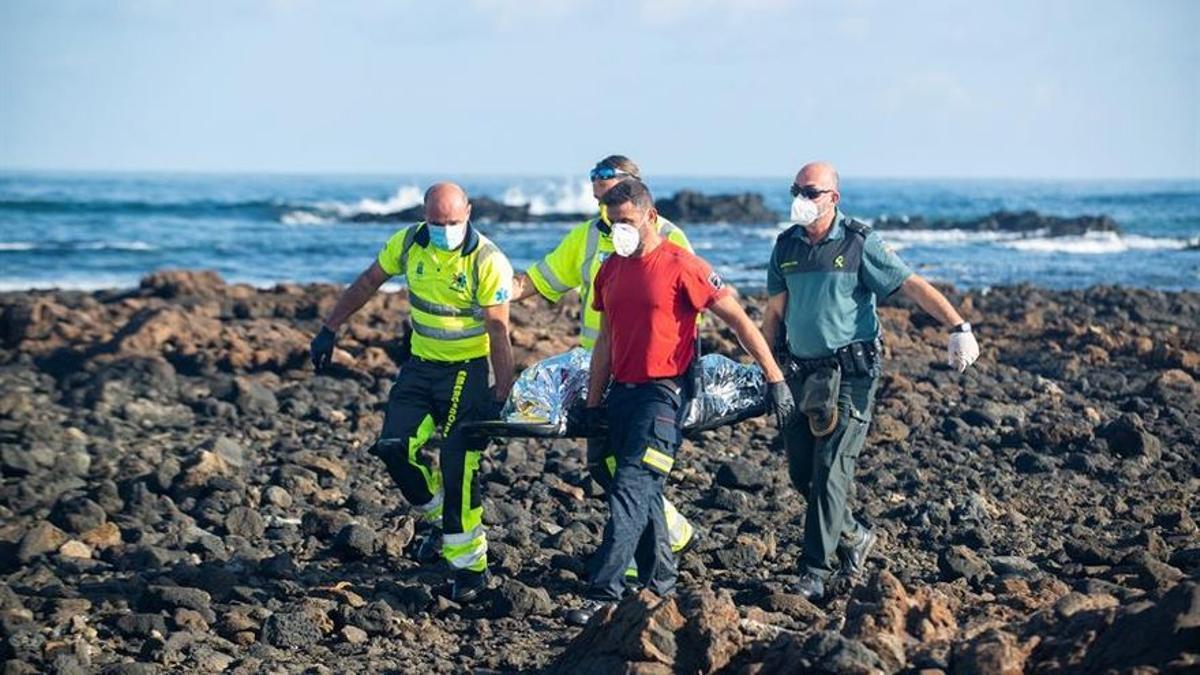 Rescate de uno de los migrantes fallecidos tras volcar su patera en la costa de Lanzarote a finales de 2020