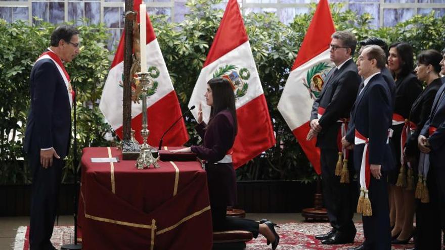 El presidente de Perú, Martín Vizcarra (i), toma juramento de la la nueva ministra de Economía y Finanzas, María Antonieta Alva Luperdi (c), este jueves en el Palacio de Gobierno en Lima (Perú).