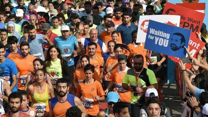 Pancartas en favor del regreso de Saad Hariri en el maratón de Beirut de este domingo.