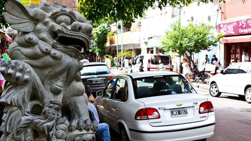 Escultura de dragón en el Barrio Chino de Buenos Aires. VIAJAR AHORA