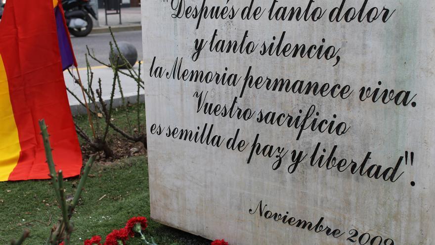 Leyenda del monumento a las víctimas del fascismo en Coria (Sevilla).