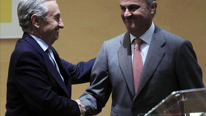 Luis de Guindos y el presidente del nuevo súperregulador en su acto de posesión