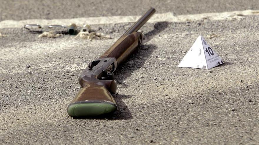 El arma con el que fueron efectuados los disparos. (EFE/Ángel Medina G.)