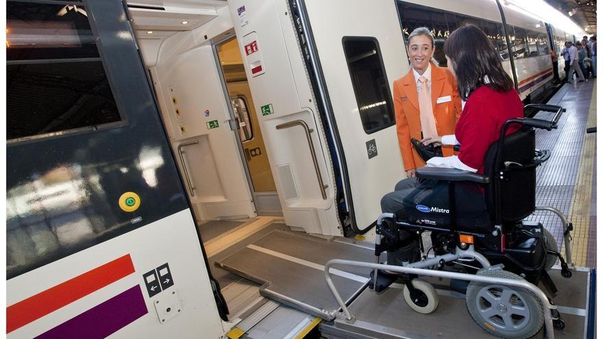 Renfe supera las 800.000 asistencias a personas con discapacidad en Andalucía durante los diez años del servicio Atendo