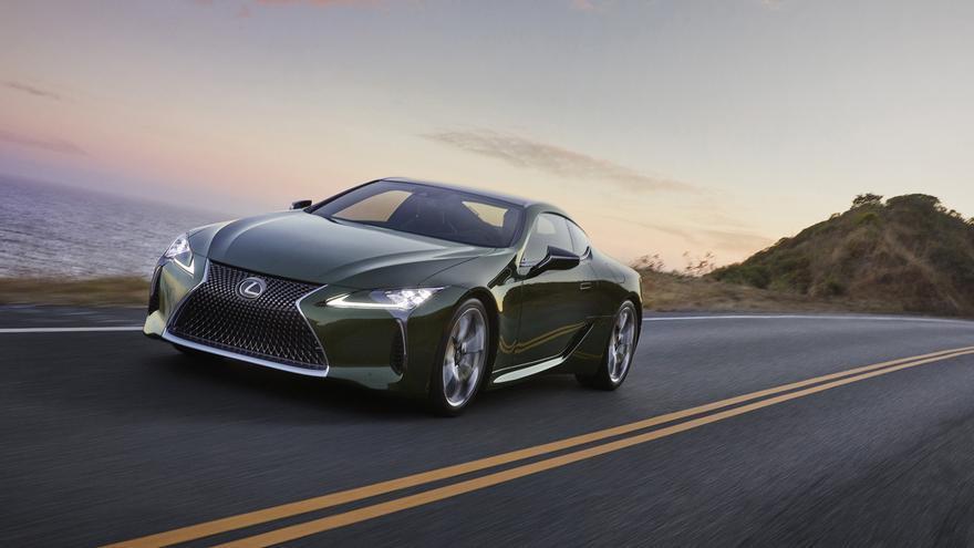 El sistema de propulsión híbrido del Lexus LC500h rinde 359 caballos de potencia.