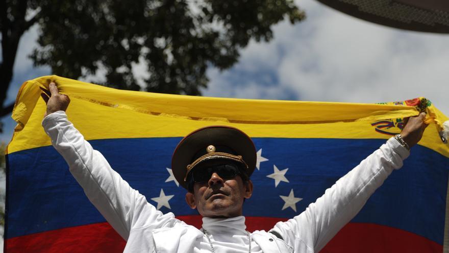 Simpatizantes del presidente de la Asamblea Nacional de Venezuela, Juan Guaidó, se reúnen en un cabildo este sábado, en Caracas (Venezuela).
