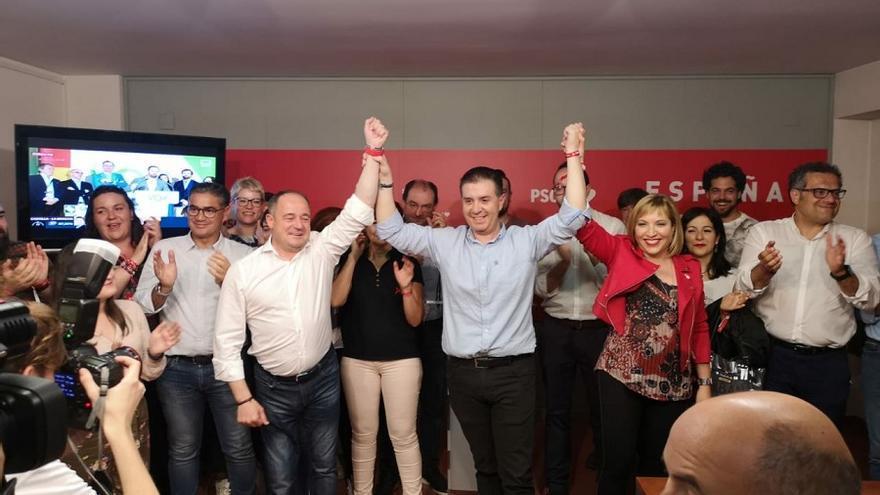 Santiago Cabañero, secretario provincial del PSOE en Albacete, celebrando la victoria en la provincia.