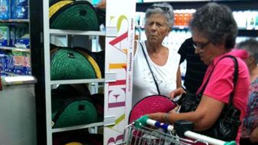 Mujer con cesta de la compra