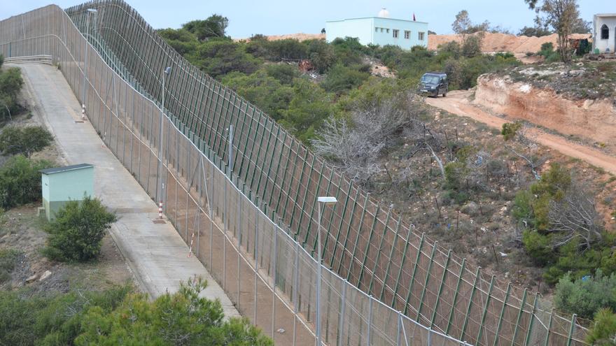 La valla que separa Marruecos (a la derecha) de España, en el extremo norte | N.C.