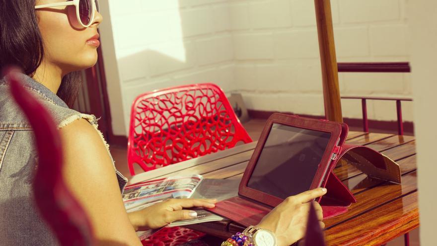 Chica con tablet. /Foto: Tatiana Niño