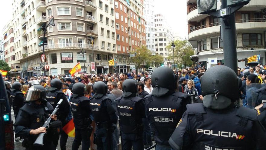 El cordón policial mantiene controlados a los ultras de extrema derecha