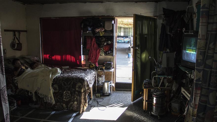 Los hijos de Elizabeth descansan en una habitación del albergue que han acomodado expresamente para ellos. / Foto: J.P. Martínez