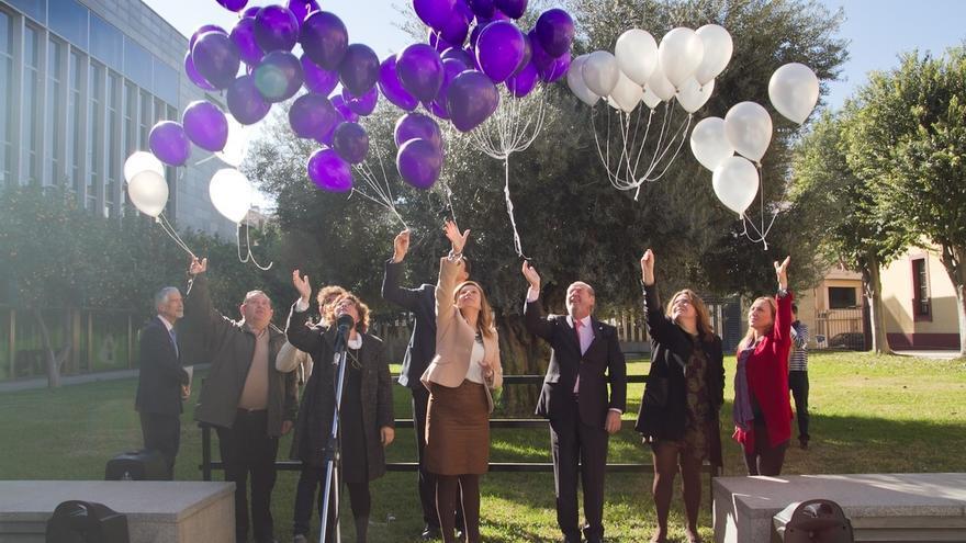 Homenaje de Diputación a las víctimas de violencia de género con una suelta de globos