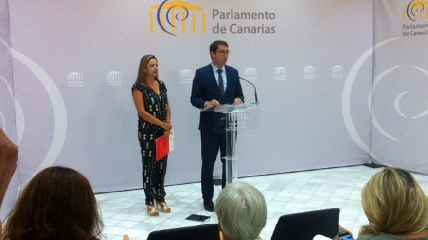 Rueda de prensa de la presidenta y el portavoz del Grupo Socialista en el Parlamento, Dolores Corujo e Iñaki Lavandera.